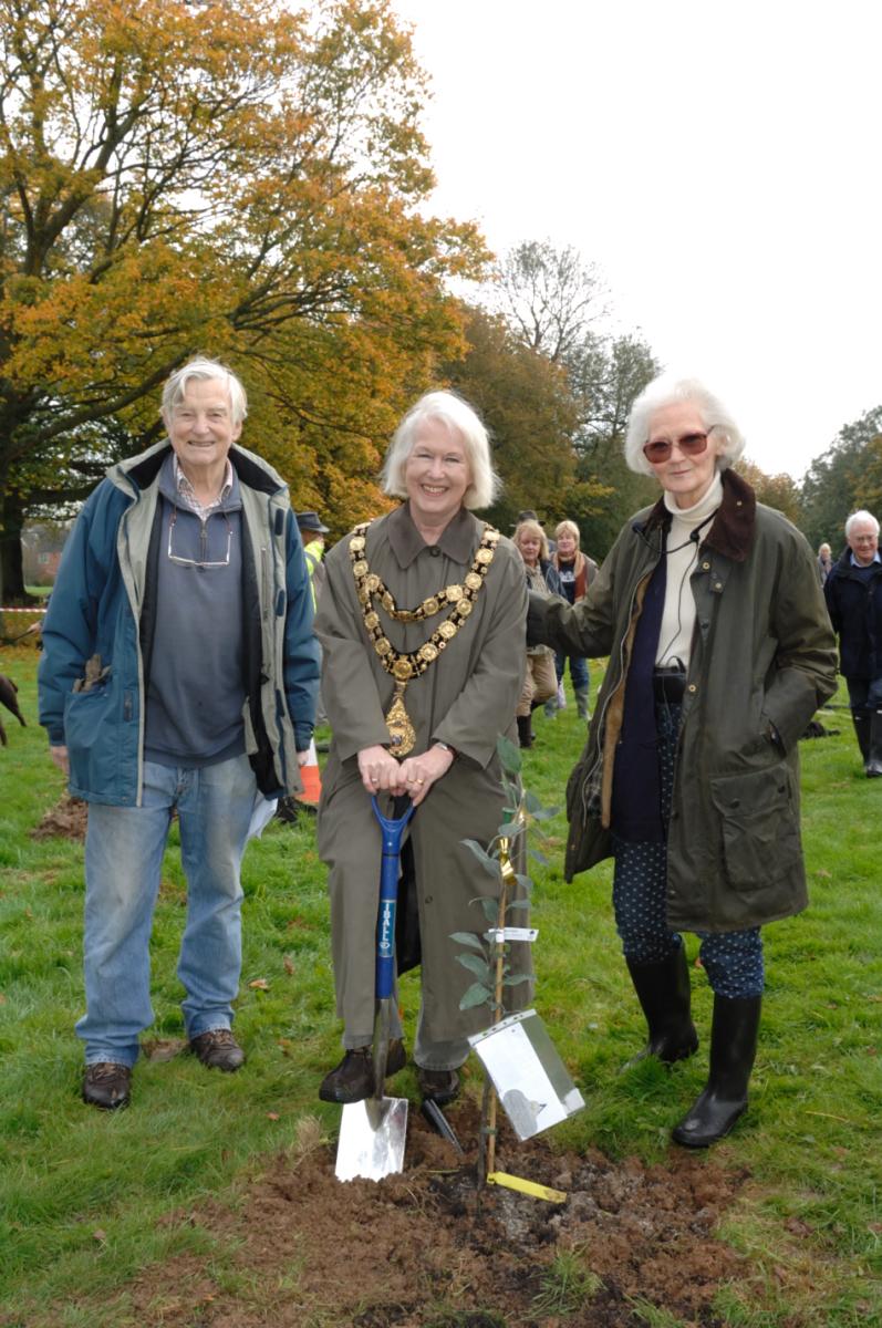 Mayor Edwina Fogg flanked by Philippa Davenport and Jeffrey Galvin-Wright