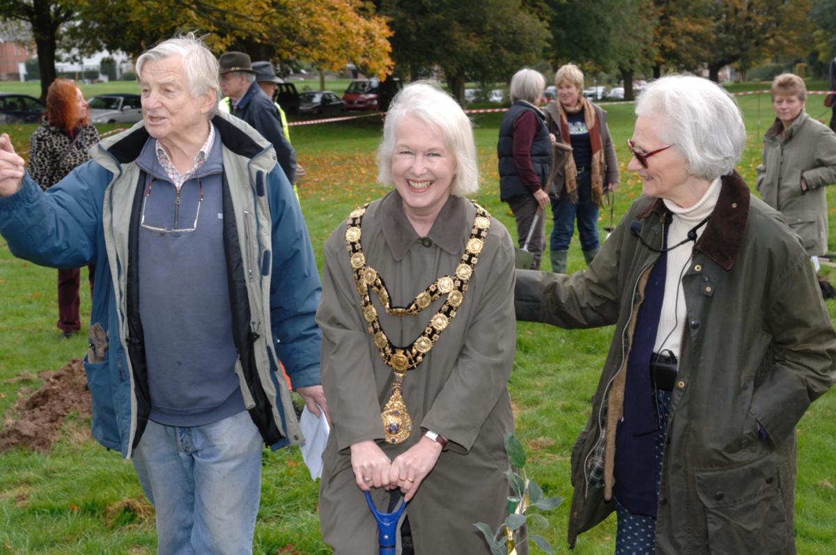 Mayor Edwina Fogg flanked by Philippa Davenport and Jeffrey Galvin-Wright, who designed the Diamond Jubilee Plantation