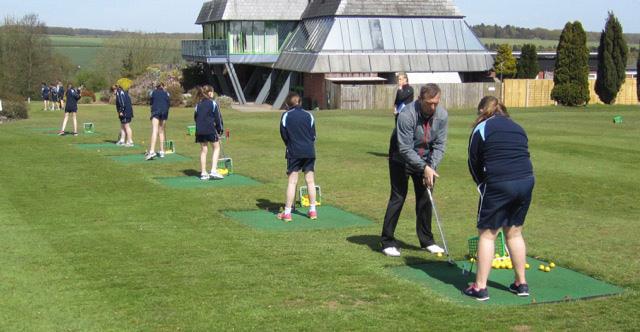 Simon Amor coaching St John's students (Photo: Marlborough Golf Club)