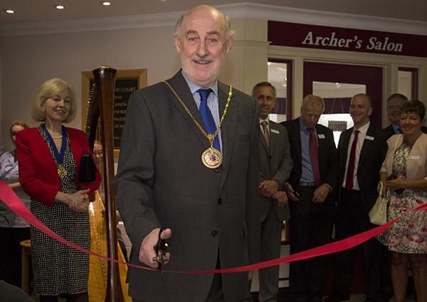 The mayor cuts the ribbon
