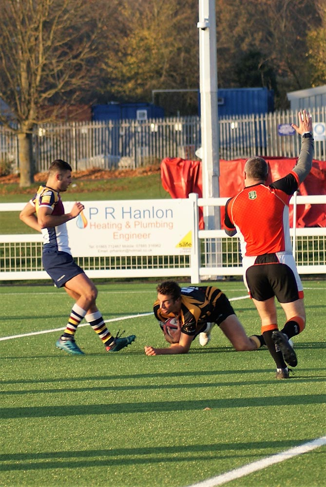 Jamie Pittams goes over to score his try