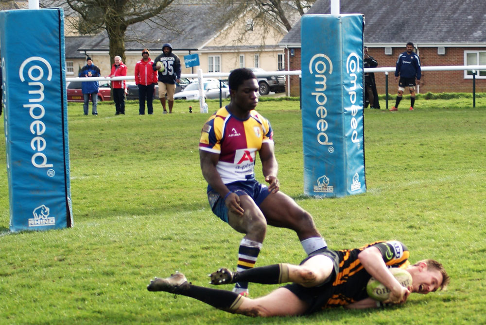 Harry Jackson scoring the try